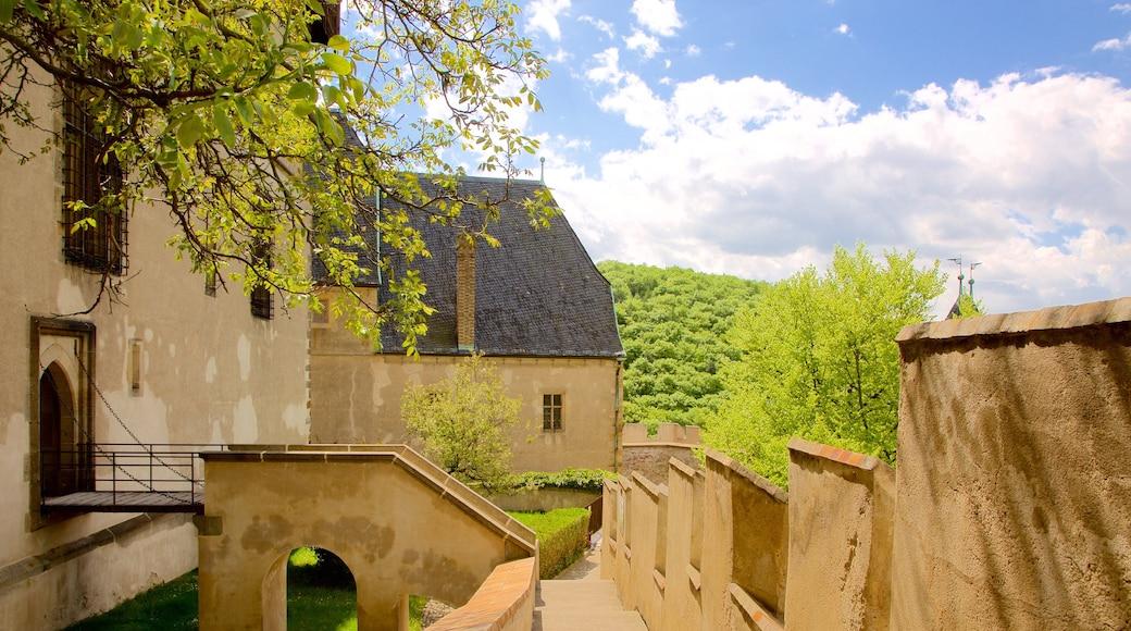 Karlstejnin linna johon kuuluu perintökohteet ja linna