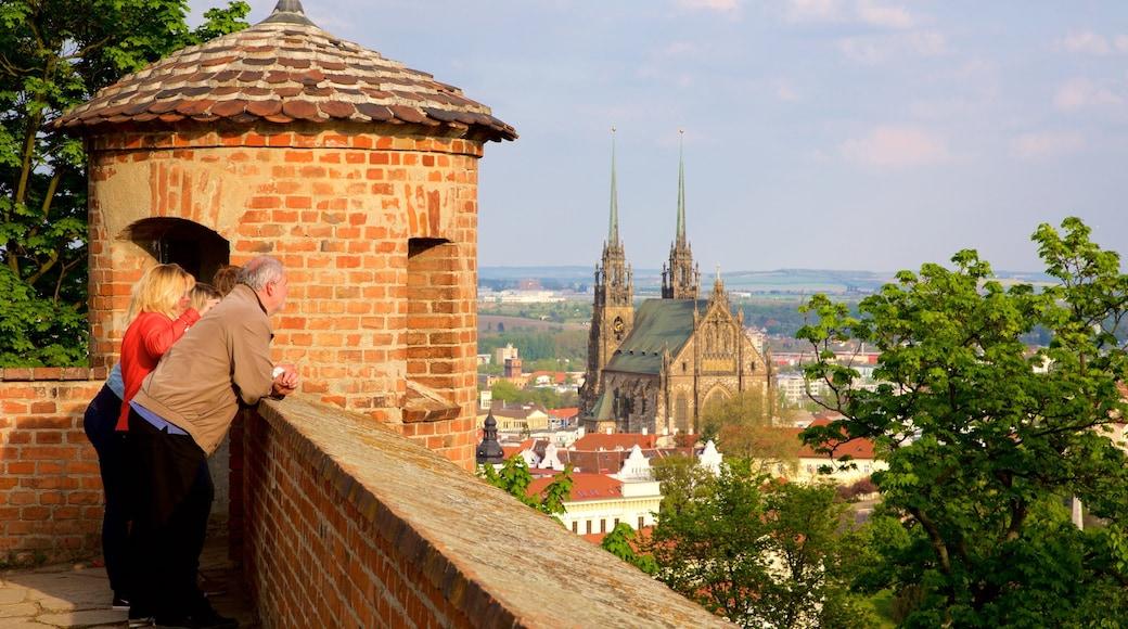 Castelo de Spilberk mostrando uma cidade e paisagens assim como um pequeno grupo de pessoas