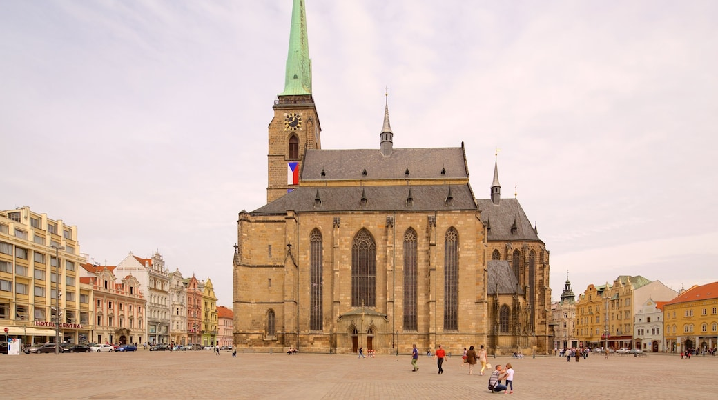 Skt. Bartholomews Katedral som omfatter en plads eller et torv, en kirke eller en katedral og en by