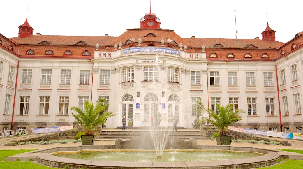 Elisabethbad mit einem Geschichtliches, Springbrunnen und historische Architektur