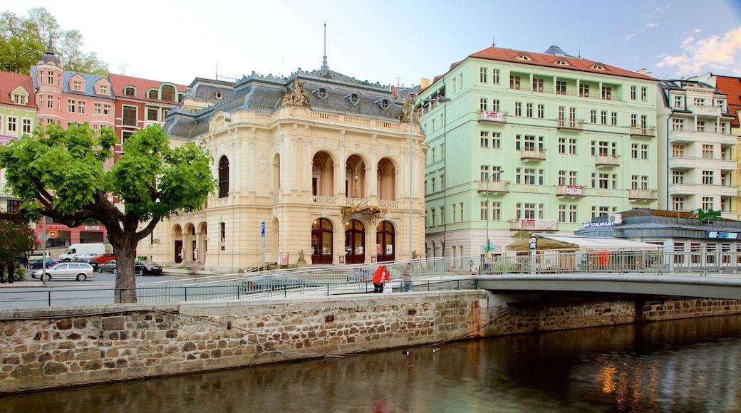 Karlovy Vary Bezirksmuseum mit einem Fluss oder Bach und Stadt