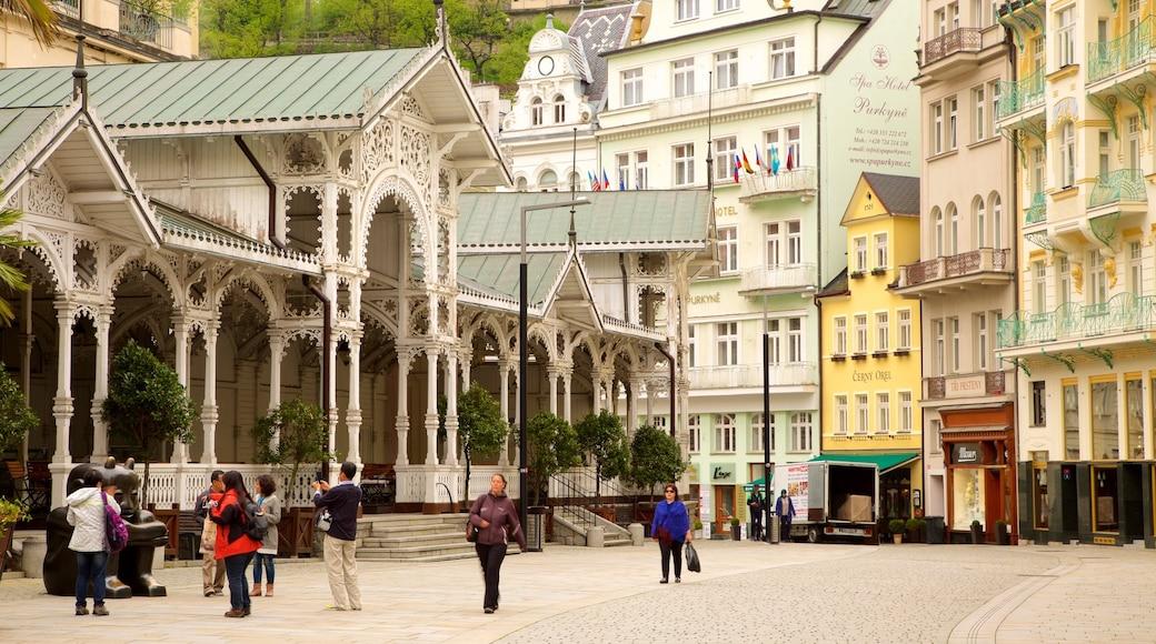 Karlovy Vary das einen Straßenszenen und Stadt