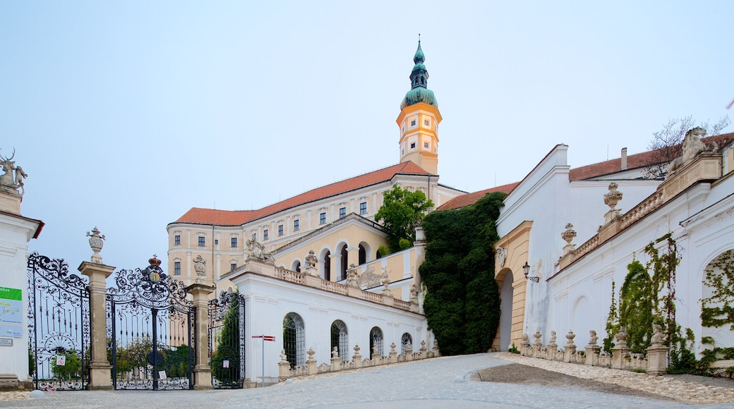 South Moravian showing heritage elements, heritage architecture and a castle