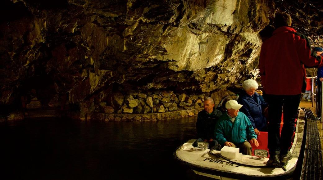 Morávia do Sul caracterizando cavernas assim como um pequeno grupo de pessoas