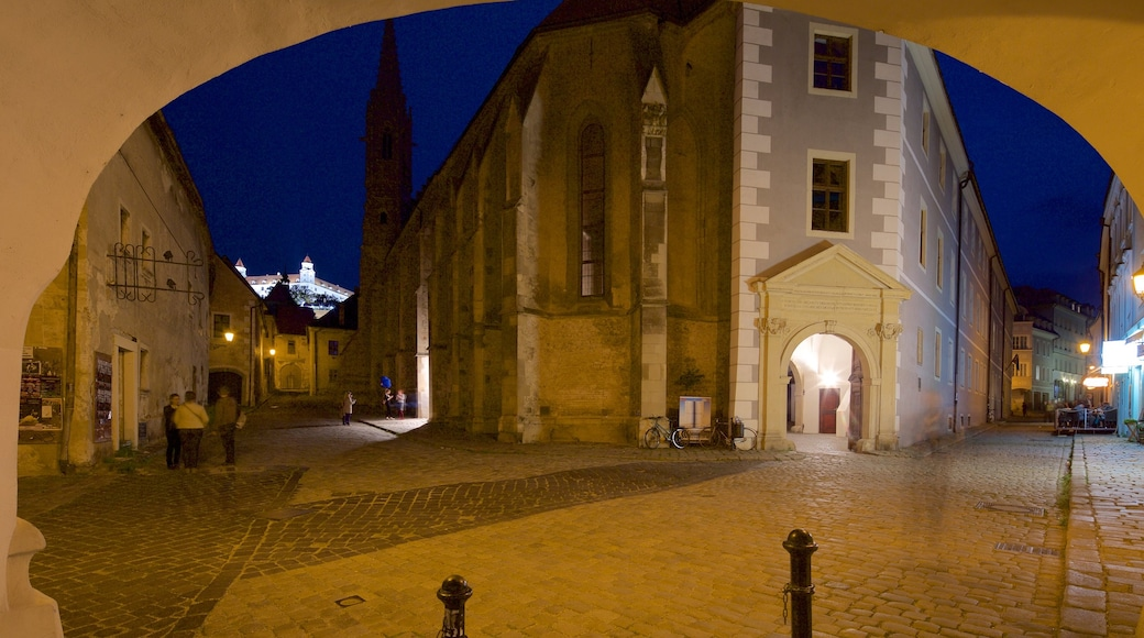 Bratislava montrant ville, scènes de nuit et scènes de rue