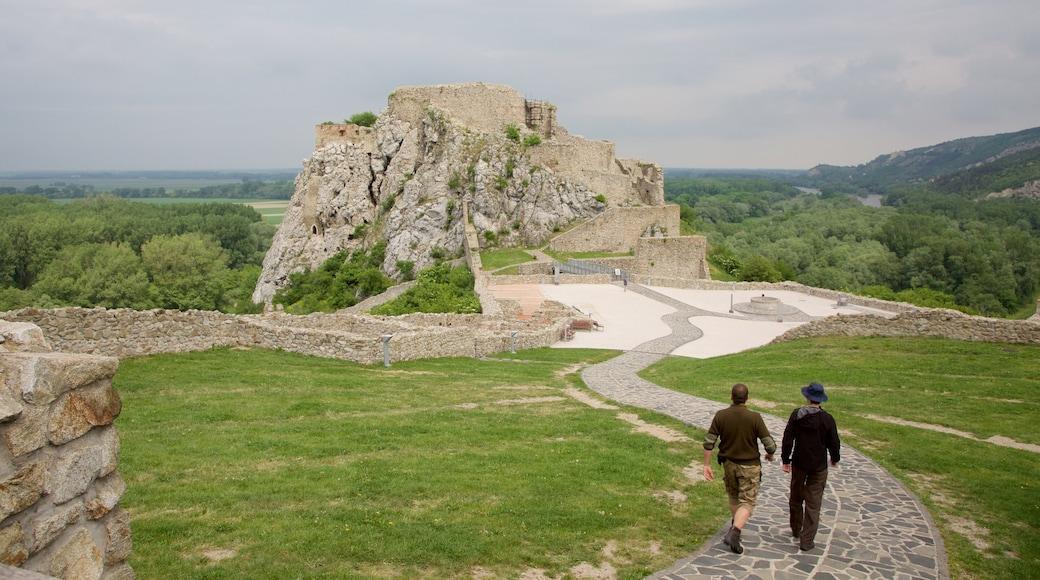Devin 城堡 其中包括 建築遺址 和 傳統元素 以及 一對夫婦