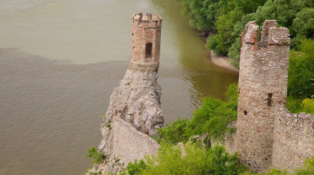 Devinin linna johon kuuluu rakennuksen rauniot, linna ja järvi tai vesikuoppa
