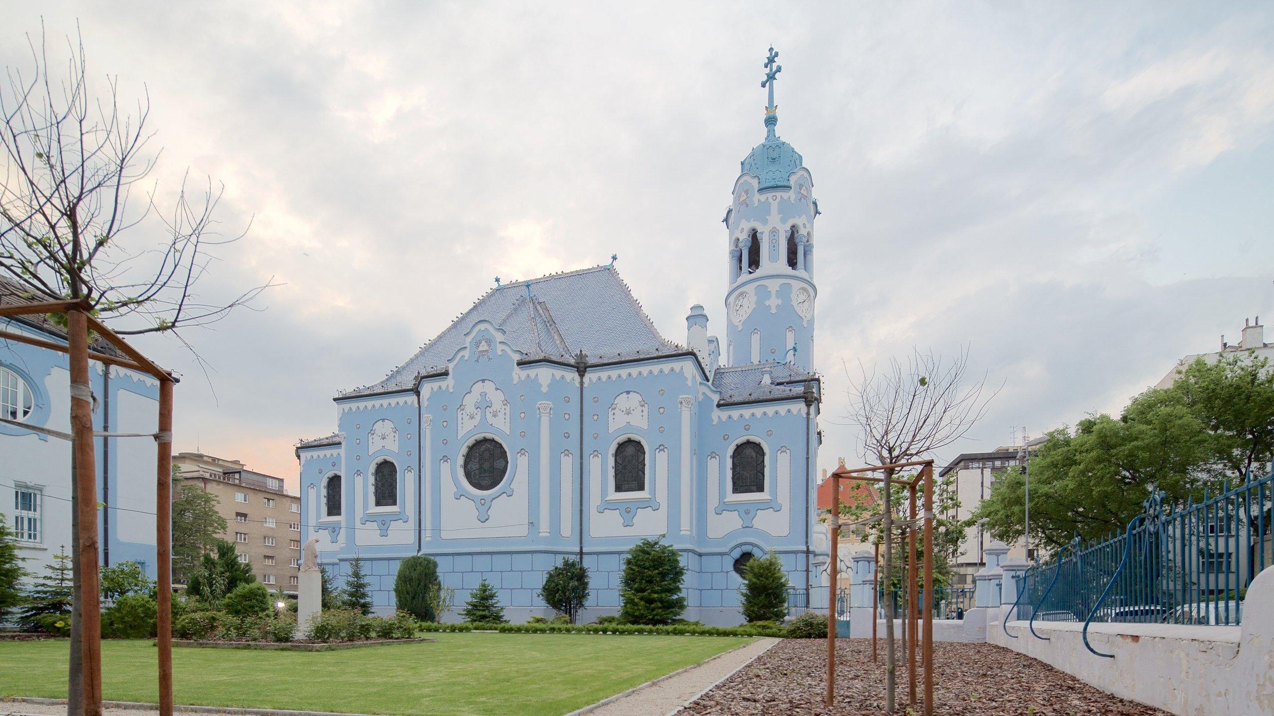 Met zijn kleurrijke binnen- en buitenkant behoort de uit het begin van de 20e eeuw stammende Blauwe Kerk tot de grootste blikvangers van de stad.