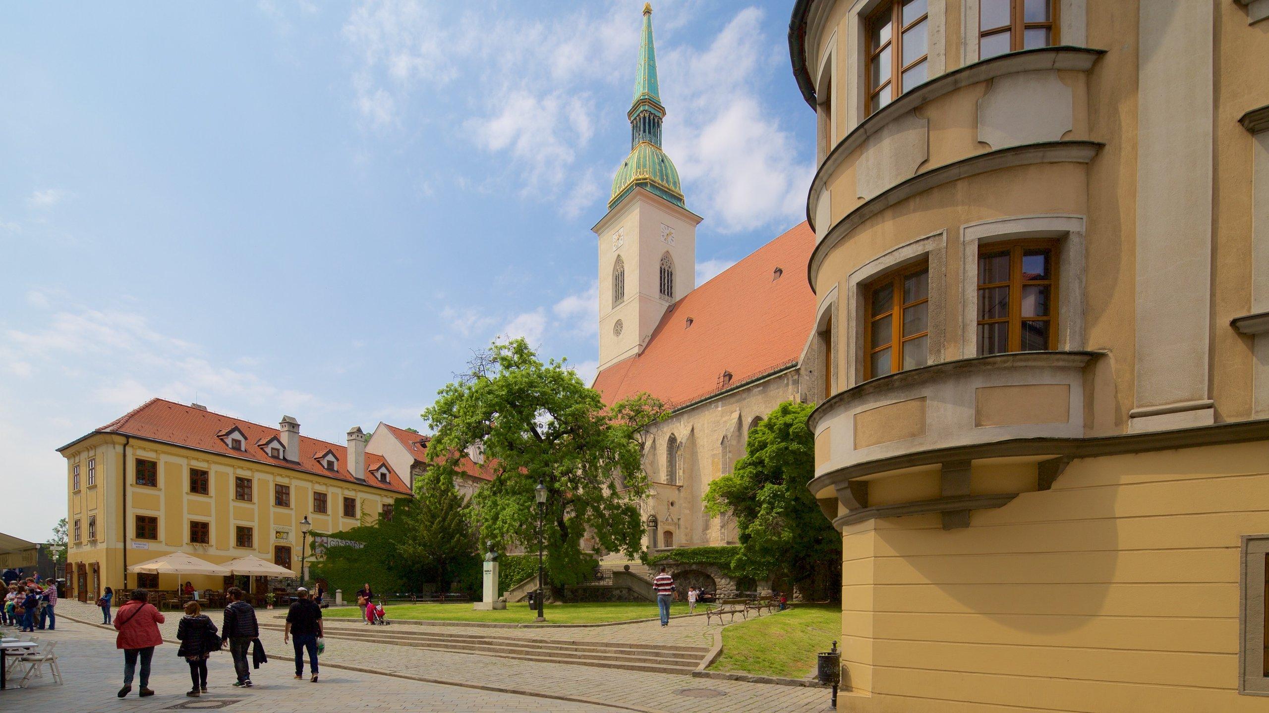 De adembenemende St. Martinus-kathedraal is een ware blikvanger in de skyline van Bratislava en weet zowel nieuwsgierige als religieuze bezoekers te trekken.