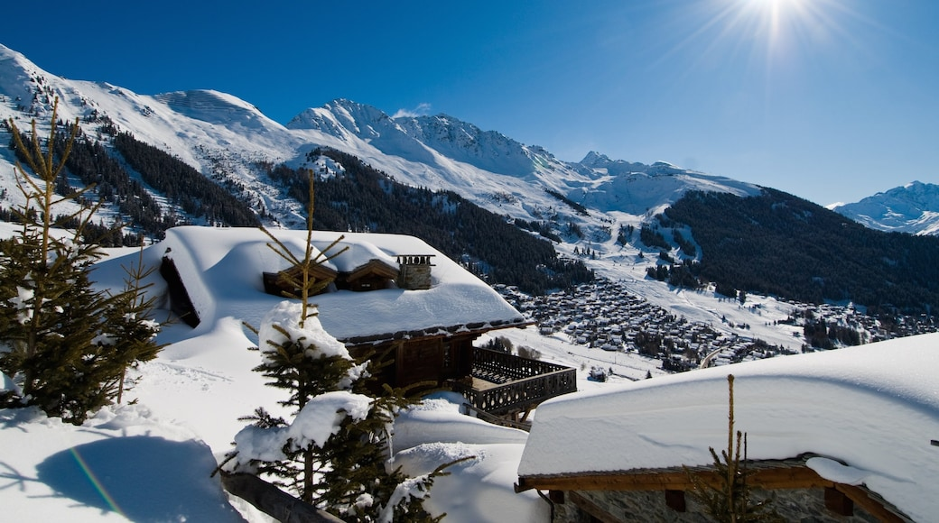 Verbier featuring a small town or village, mountains and snow