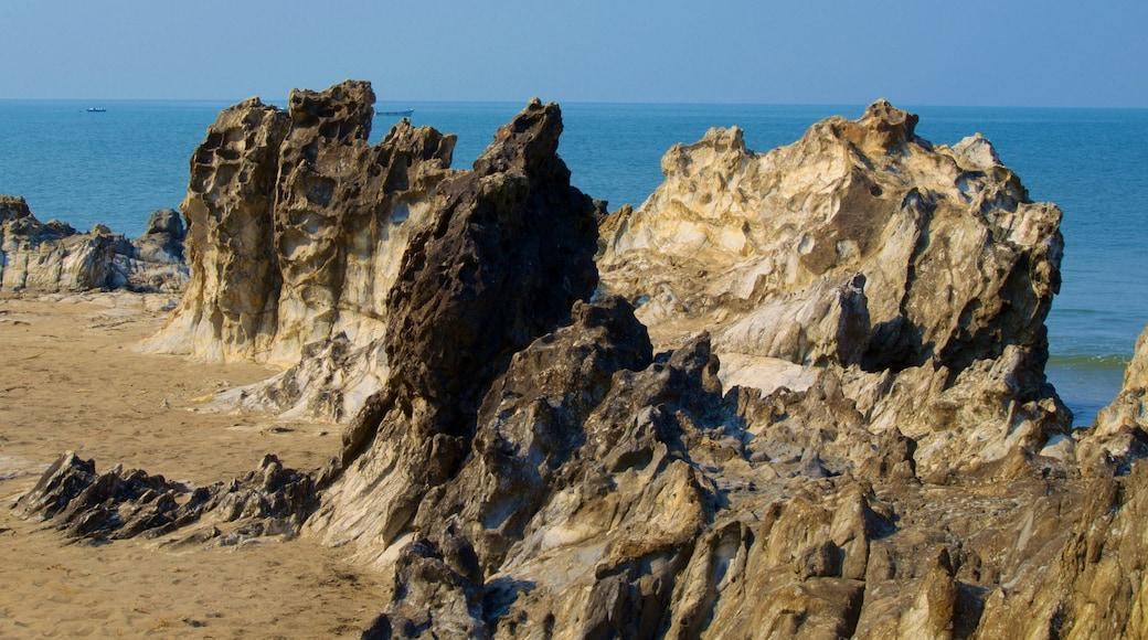 Praia de Vagator caracterizando litoral rochoso