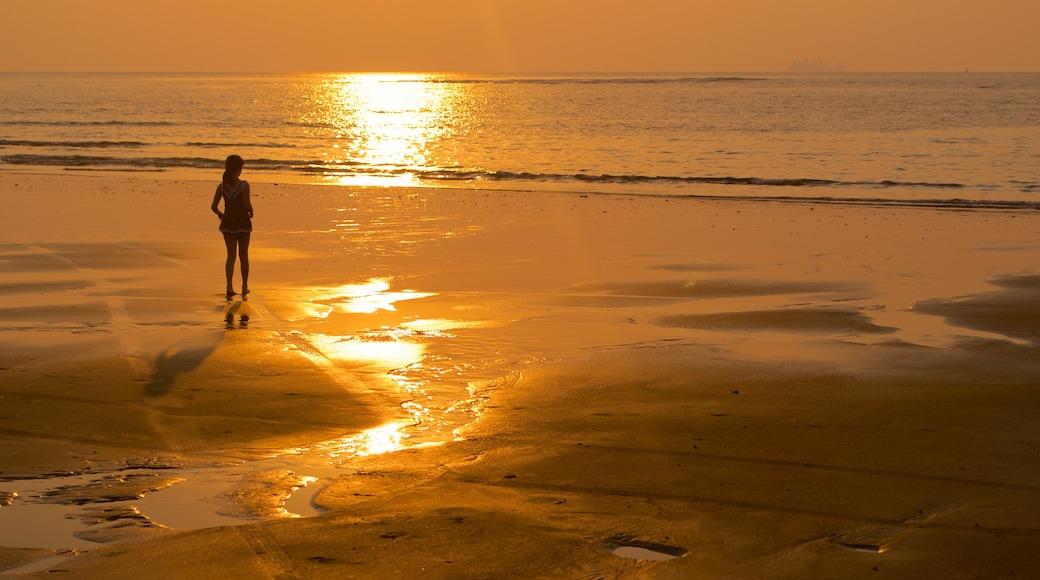 Praia Miramar que inclui paisagens litorâneas, uma praia e um pôr do sol