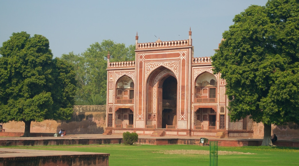 Itmad-ud-Daulah\'s Tomb showing a garden