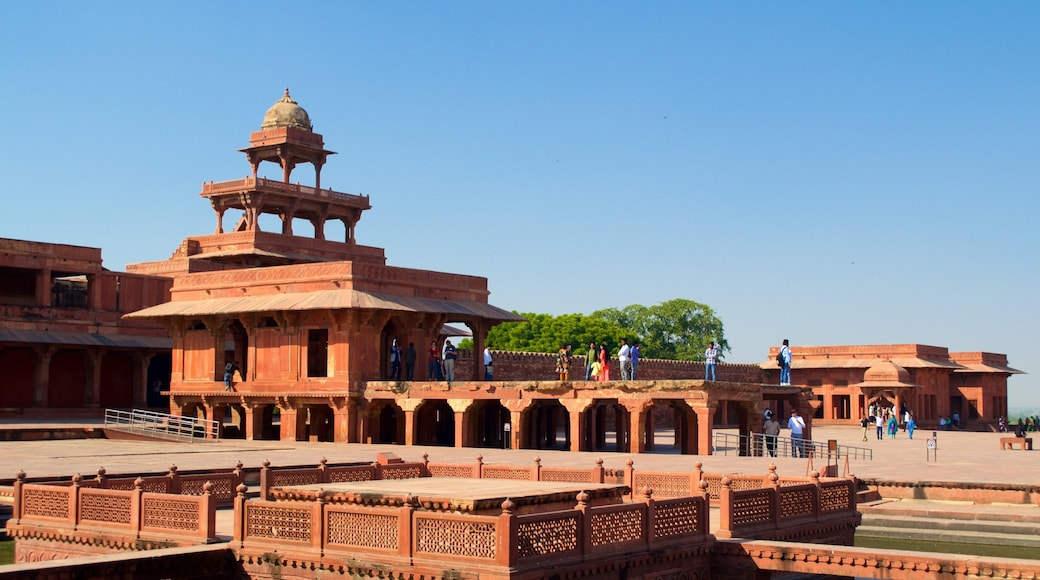 Fatehpur Sikri showing a temple or place of worship