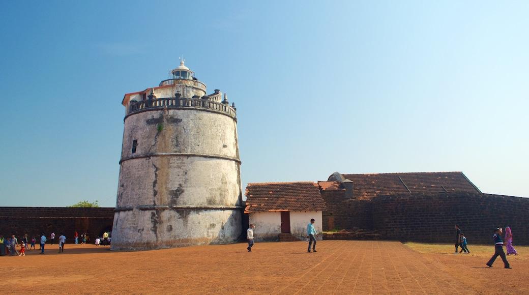 Praia de Candolim – Forte Aguada mostrando fazenda, um farol e cenas tranquilas