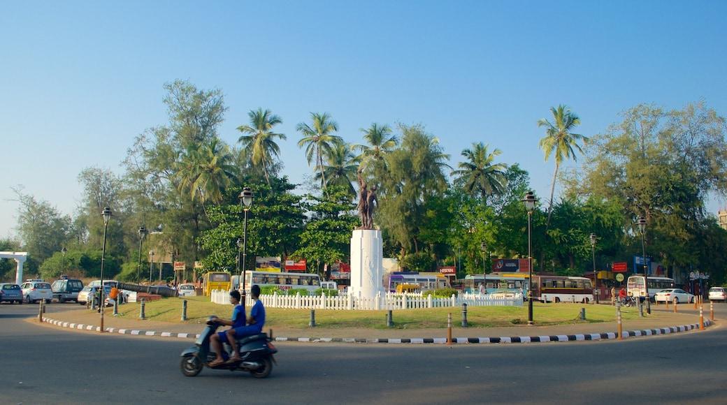 Praia Miramar caracterizando cenas de rua e uma estátua ou escultura