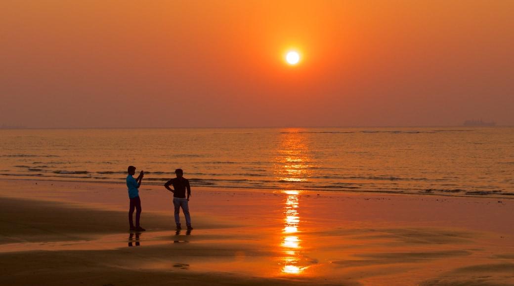Praia Miramar mostrando um pôr do sol, paisagens litorâneas e uma praia
