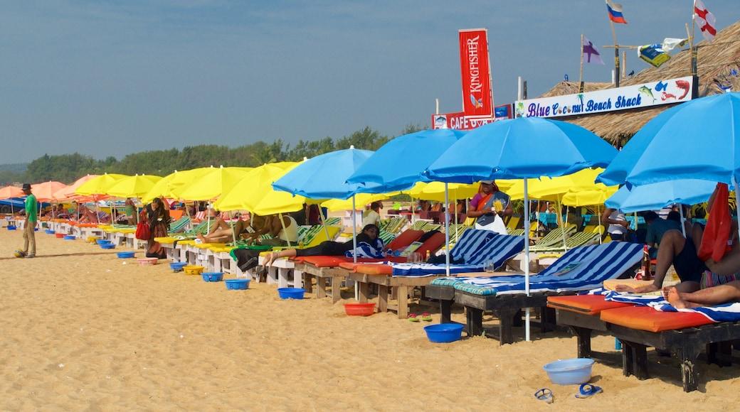 Praia de Calangute mostrando um bar na praia e uma praia de areia