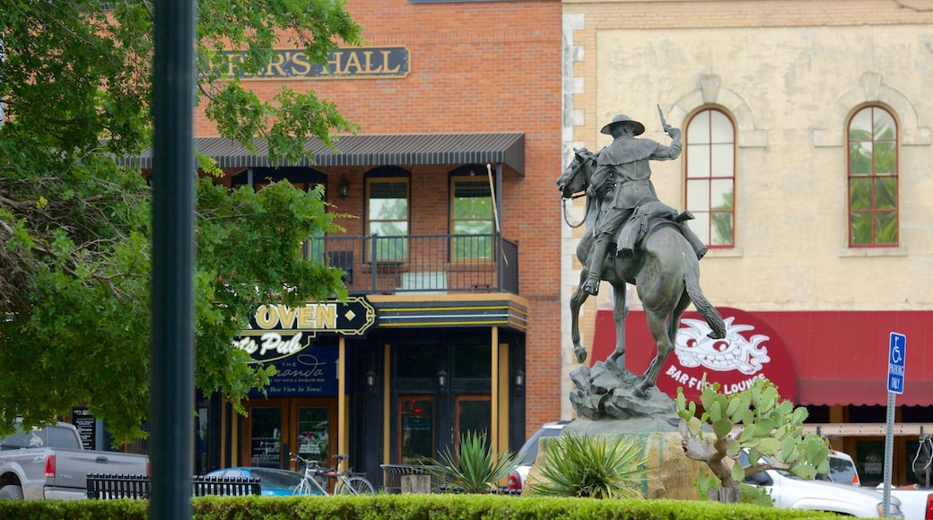 San Marcos featuring a statue or sculpture