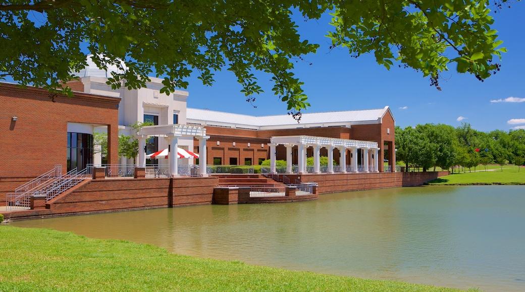 Montgomery Museum of Fine Arts que incluye un estanque