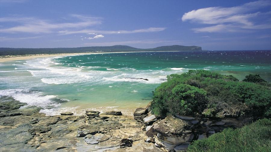 Batemans Bay ofreciendo costa rocosa, vista general a la costa y una playa