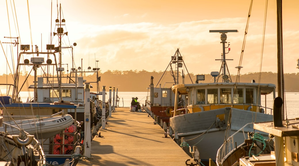 St Helens showing a bay or harbour, boating and a sunset