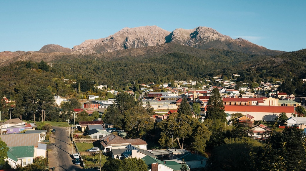 Queenstown showing mountains and a small town or village