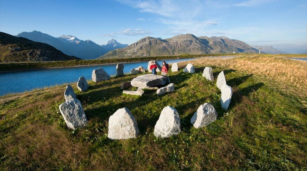 Sankt Anton am Arlberg welches beinhaltet Monument und ruhige Szenerie sowie kleine Menschengruppe