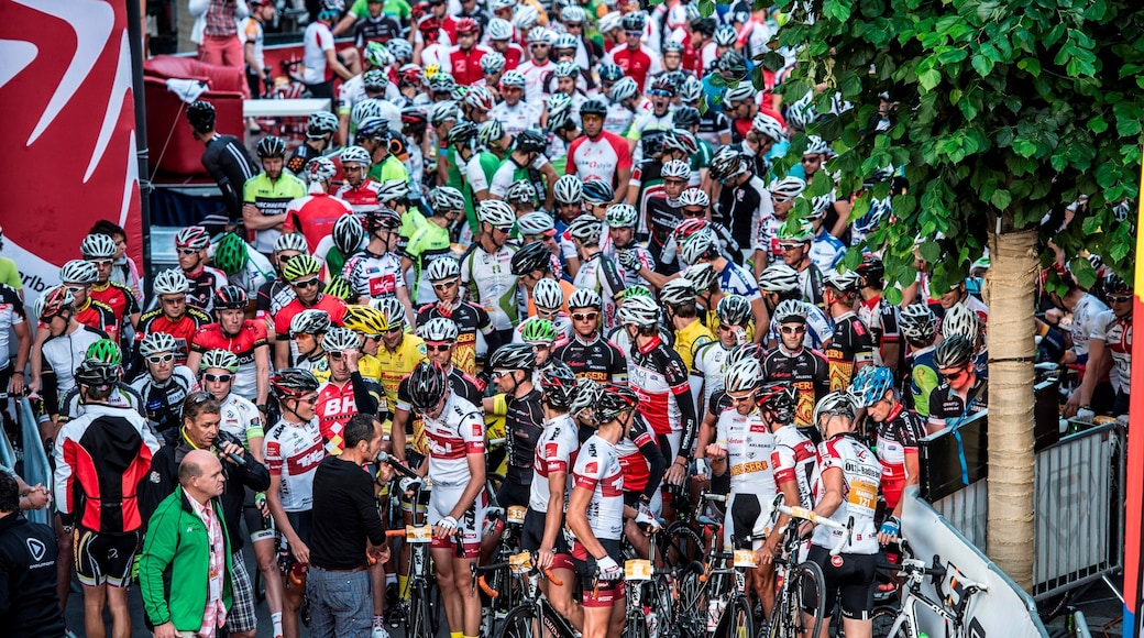 Sankt Anton am Arlberg welches beinhaltet Straßenradfahren und Sportevent sowie große Menschengruppe