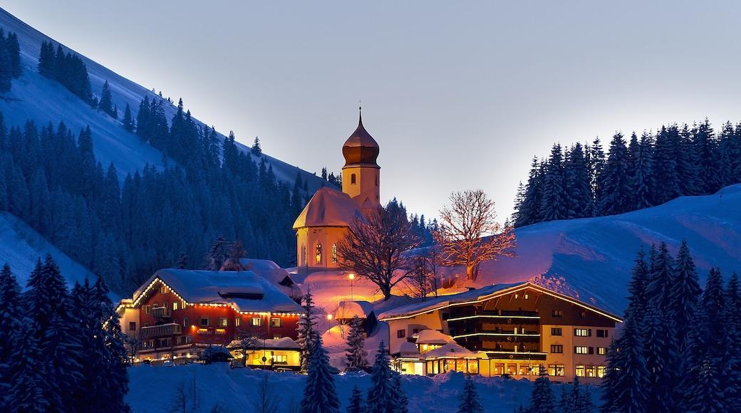 Skigebiet Damüls Mellau Faschina mit einem Schnee, Luxushotel oder Resort und Berge