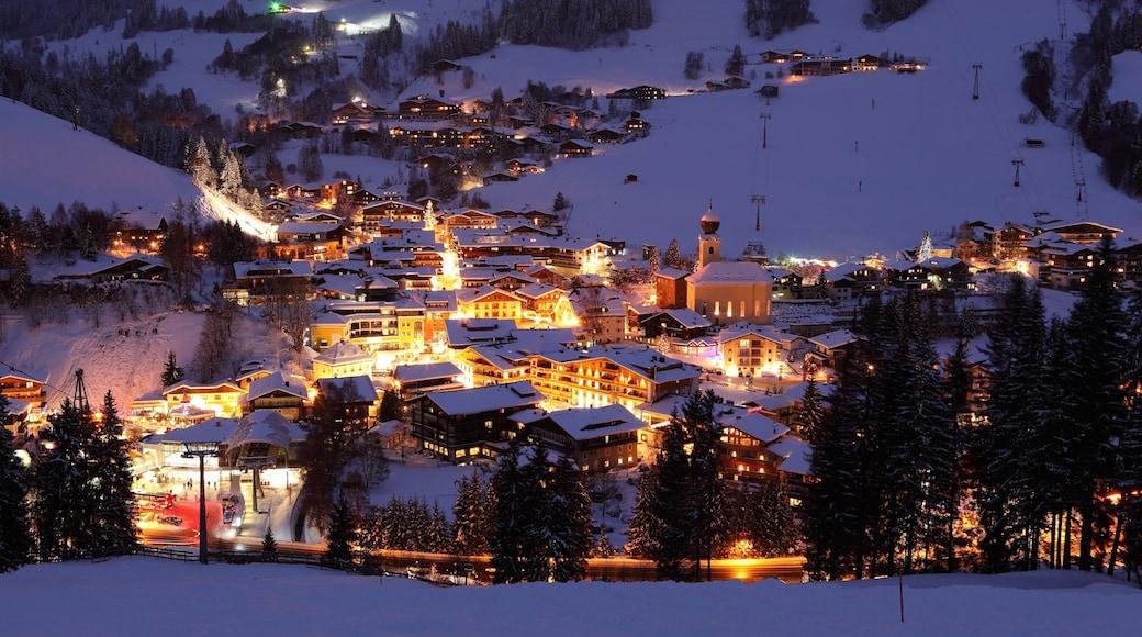 Saalbach-Hinterglemm skiområde fasiliteter samt nattbilder, liten by eller landsby og snø