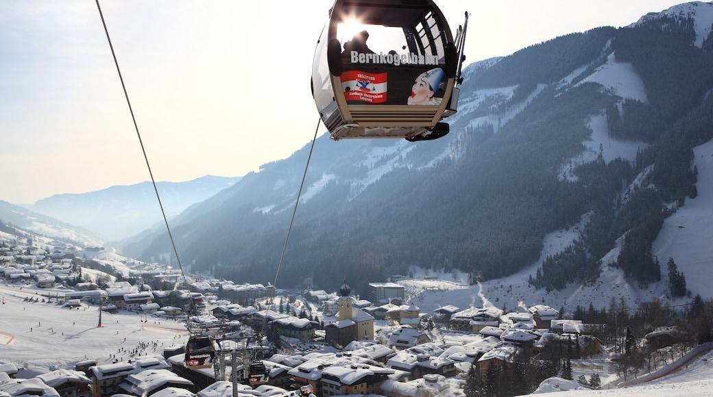 Saalbach-Hinterglemm skiområde fasiliteter samt liten by eller landsby, gondolbane og snø