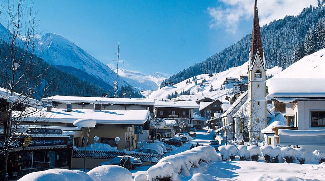 Hintertux mit einem Berge, Kleinstadt oder Dorf und Schnee