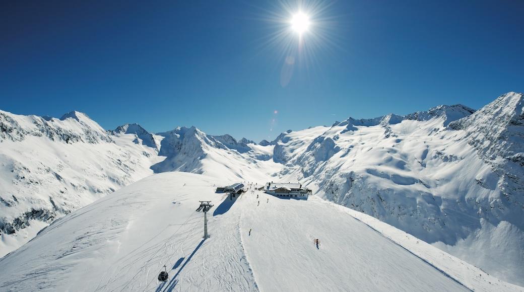 Obergurgl mit einem Berge und Schnee