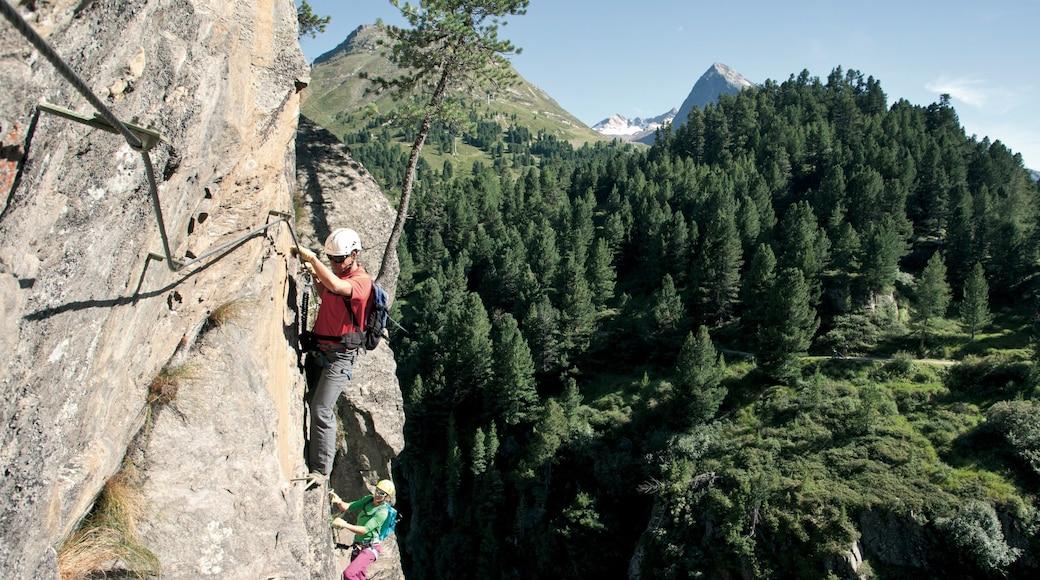Obergurgl welches beinhaltet Bergsteigen sowie kleine Menschengruppe