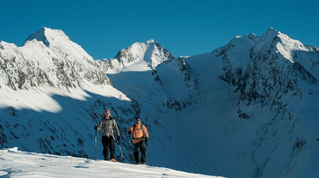 Obergurgl das einen Skifahren, Berge und Schnee