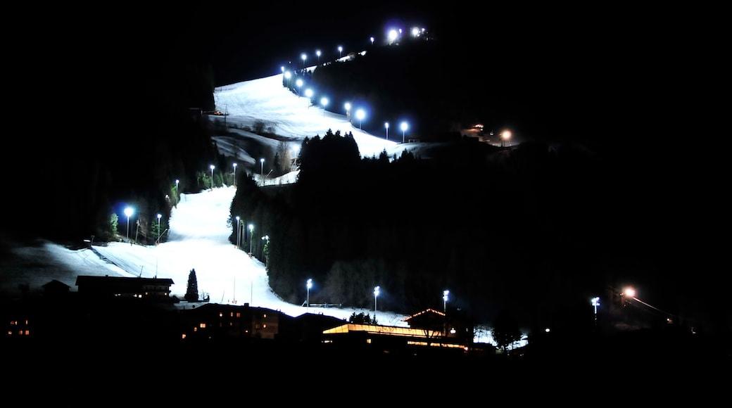 Ski Juwel Alpbachtal Wildschönau das einen bei Nacht und Schnee