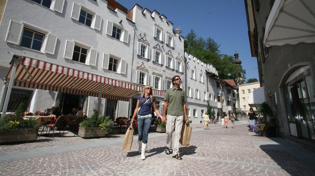 Skigebiet Kronplatz das einen Einkaufen und Straßenszenen sowie Paar