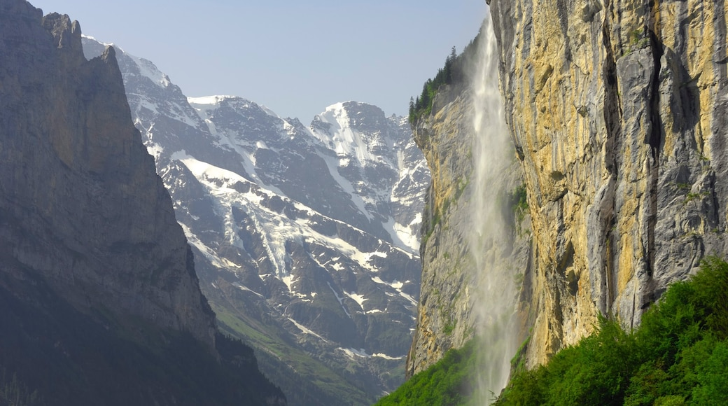 Lauterbrunnen which includes a cascade and mountains