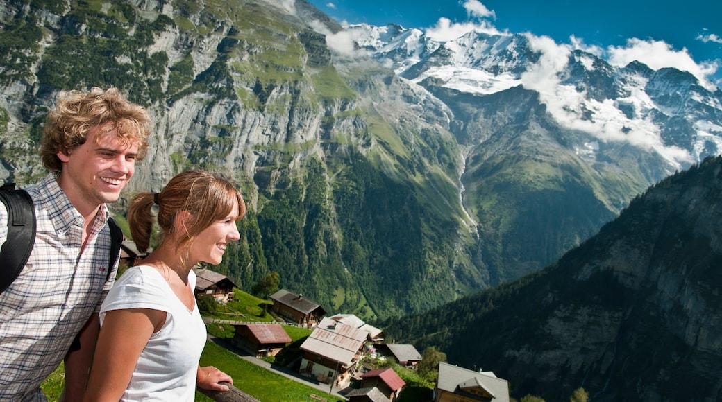 Alpes bernoises mettant en vedette petite ville ou village et montagnes aussi bien que couple