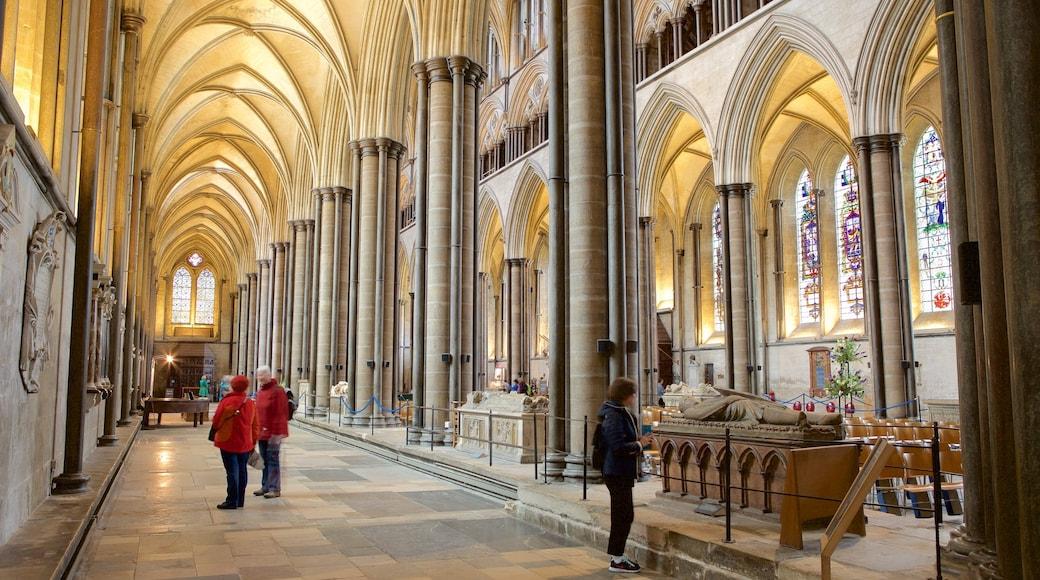 Salisburyn katedraali johon kuuluu sisäkuvat sekä pieni ryhmä ihmisiä