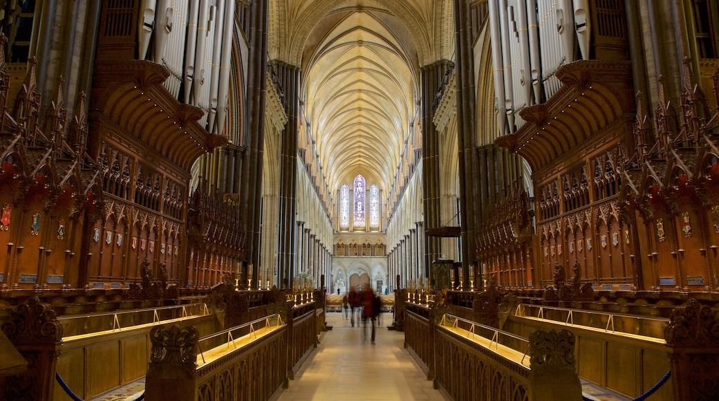 Salisburyn katedraali johon kuuluu sisäkuvat