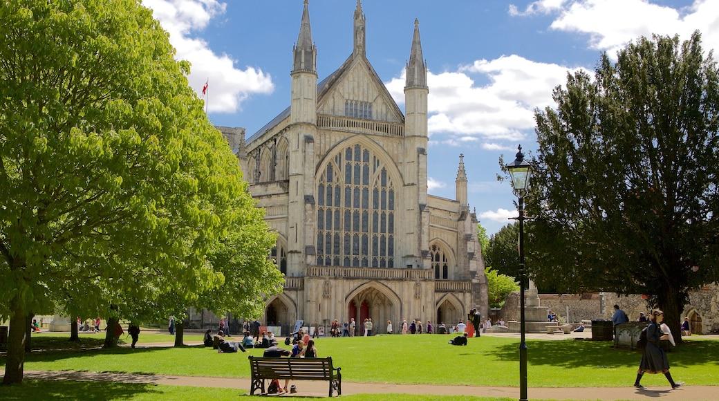 Winchester Cathedral mit einem historische Architektur, religiöse Aspekte und Garten