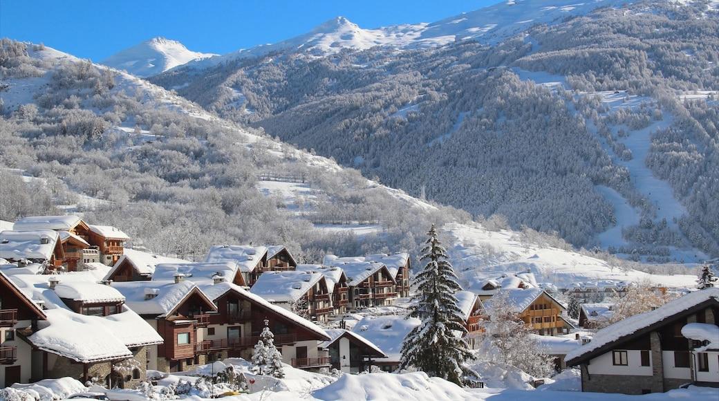 Bardonèche montrant montagnes, neige et petite ville ou village