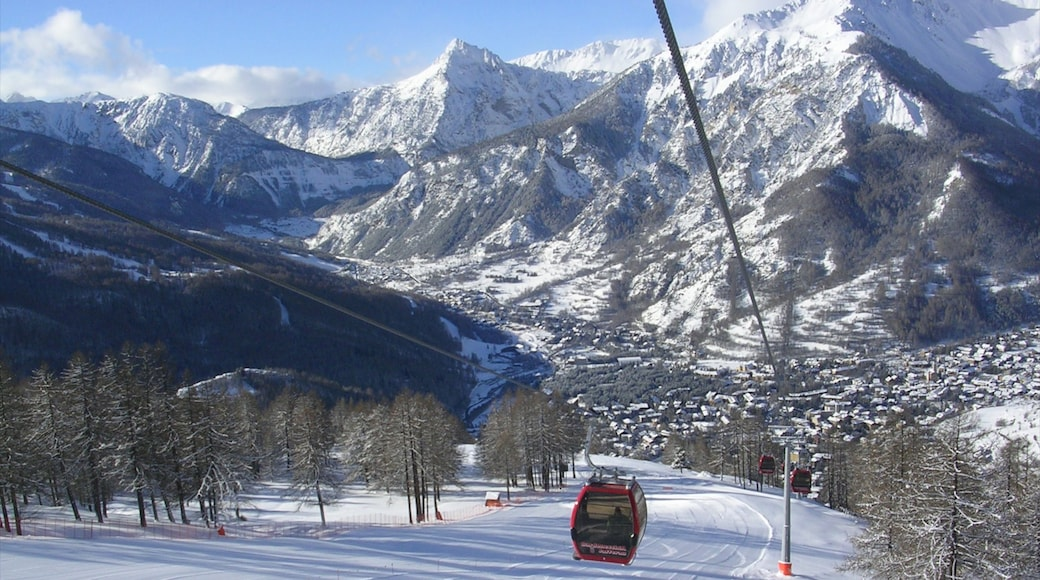 Station de ski de Bardonèche montrant montagnes, gondole et neige