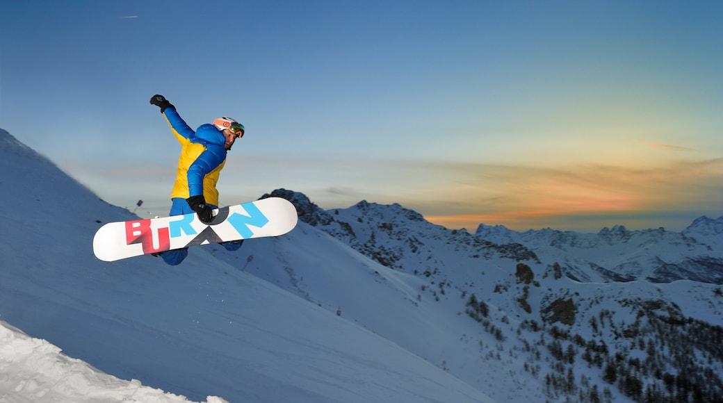 Resort sciistico di Bardonecchia che include paesaggio notturno, vita notturna e snowboard