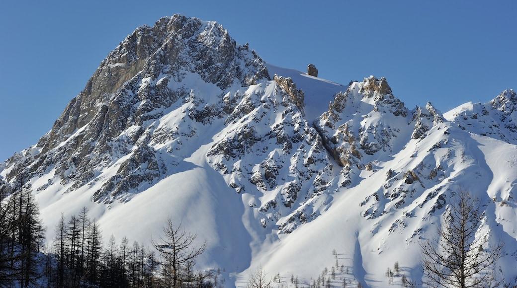 Station de ski de Bardonèche montrant montagnes et neige