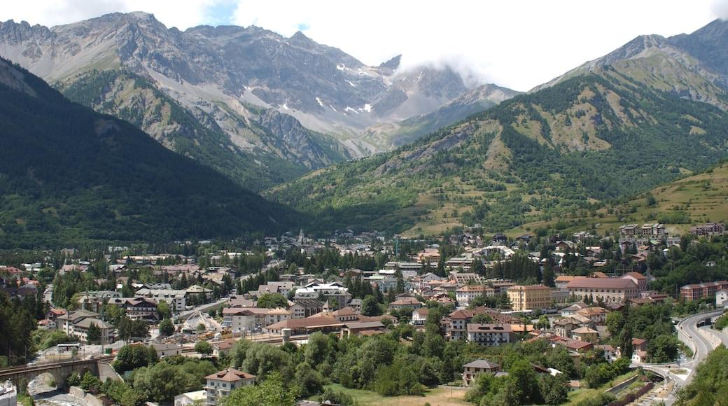 Bardonèche mettant en vedette montagnes et petite ville ou village