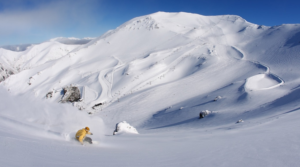 Mount Hutt showing snow, mountains and snowboarding