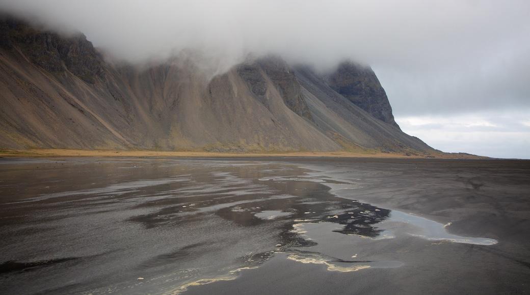 Höfn welches beinhaltet allgemeine Küstenansicht, Nebel und Berge